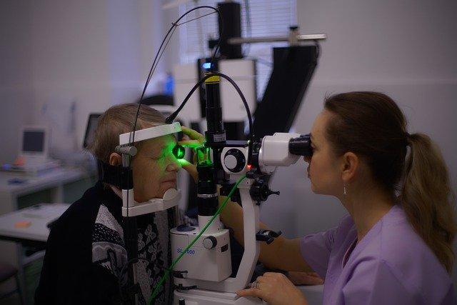 Příznaky syndromu suchého oka