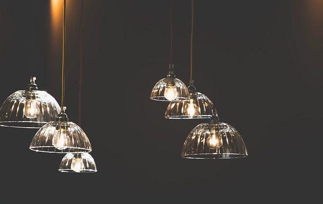 Jak vybrat a pověsit nový lustr