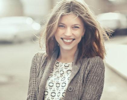 Moderně oblečená mladá žena